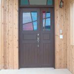 沢山のカラーガラスをステンドグラス風に使った木製ドア(青森県三戸郡O社様)