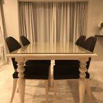 アンティーク調の白いテーブルセットに幅広面磨きのガラステーブルマットを置かれたお客様(兵庫県芦屋市I様)