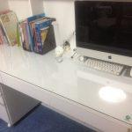 白色を基調とした学習机の天板にガラスを置かれたお客様