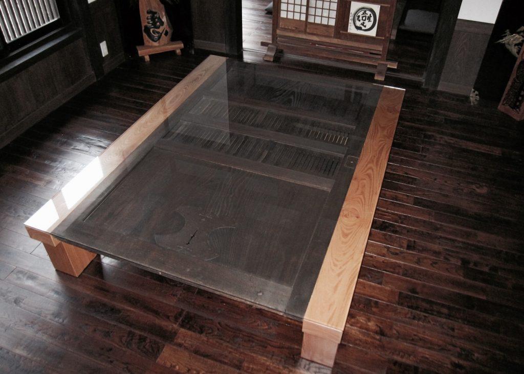 蔵戸のテーブル