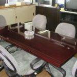事務所で使用されるテーブルの天板にガラスをセットしたお客様