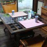 ダイニングテーブルのおしゃれな天板の上にガラスを置いたお客様