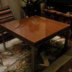 木製のローテーブルの上に強化ガラスをセットしたお客様