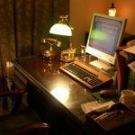 海外映画に出てきそうなおしゃれな書斎机の天板にガラスを置かれたお客様