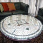 ご家族がノーマル木製テーブルにタイルを張られたオリジナルのテーブルに強化ガラスを置かれたお写真