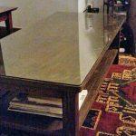 木製のダイニングテーブルの上にガラスを置かれたお客様