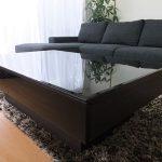 リビングで使用されるテーブルの天板に強化熱線吸収板ガラス(グレー:黒色)をご使用になられたお客様