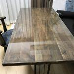 スモーキーな木製テーブルの上に強化ガラスを設置されたお客様(兵庫県尼崎市A様)
