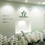 白いカラーガラス、ラコベルピュアホワアトをエントランスの壁装材に(株式会社メディアウェイブ様)