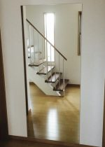 リビングルームの壁面に姿見ミラーの施工:大阪府吹田市