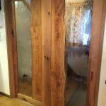 樹木の躍動感あるドアに泡入りガラスを使用したお客様(山梨県南都留郡I様)