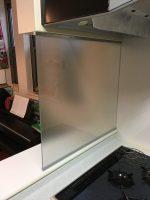 [施工]キッチンに8mmのフロスト(タペ)ガラスでオイルガードを設置