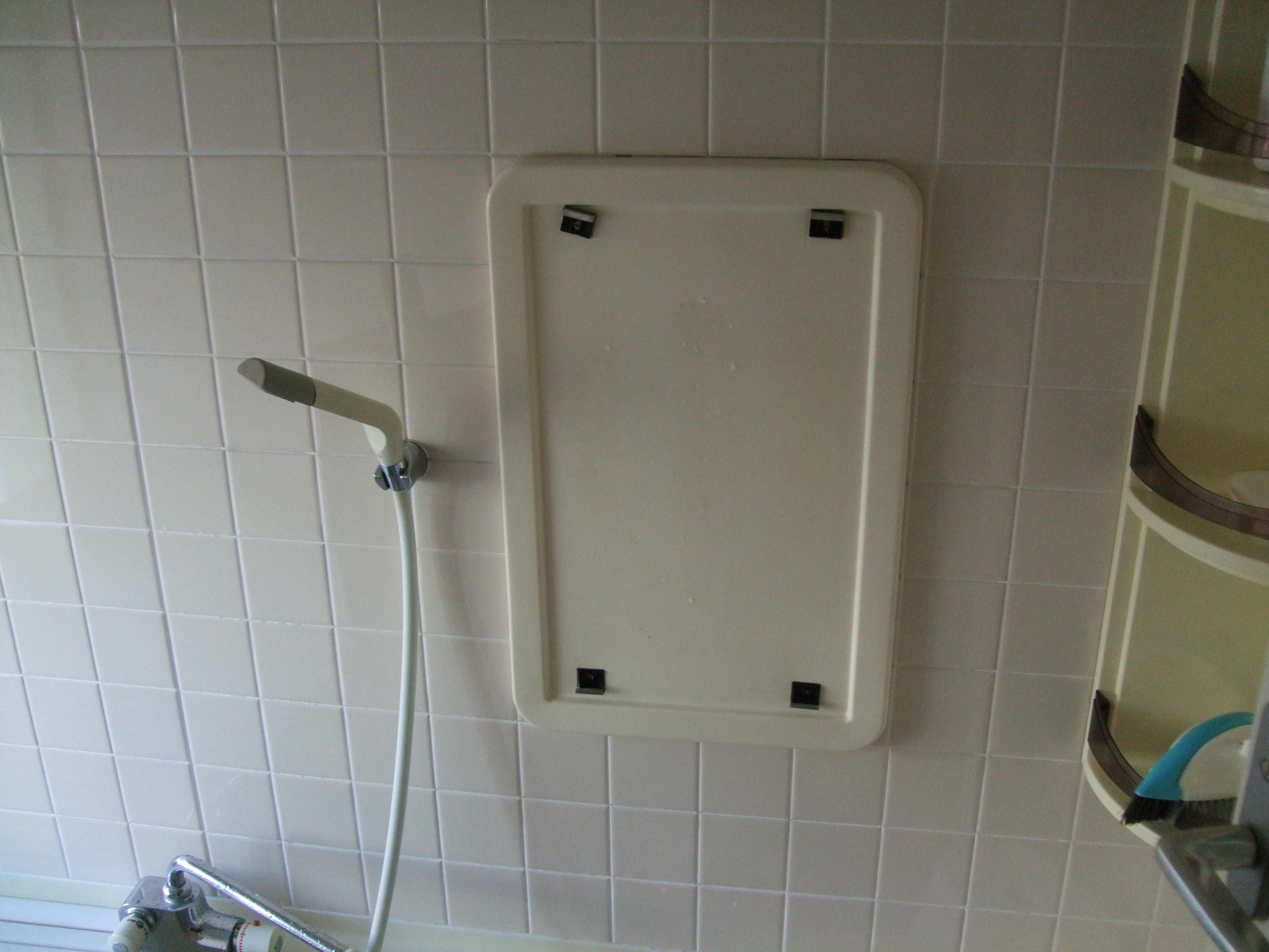 ハンガー金具止めの浴室鏡をご自分で新しい鏡に交換されたお客様(埼玉県