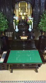 お仏壇前に置く木製の供物台に強化ガラスの天板を置かれたお客様