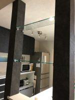 キッチンの柱と柱の間に棚ガラスを設置したお客様(神奈川県横浜市K様)