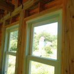 セルフビルドされた小屋の窓ガラスを設置されたお客様(北海道上川郡N様)